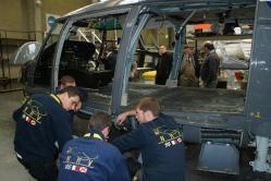 Grand entretien pour un hélico de la marine française par une équipe de jeunes techniciens...