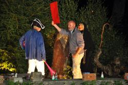 L'arbitre Marcel Javaux brandit le carton rouge vers le champète...